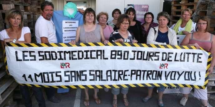 Les 52 ouvrières de Sodimédical perdront leur emploi après trente mois de lutte - ici, quelques-unes d'entre elles posent le 3 septembre devant leur entreprise à Plancy-l'Abbaye.