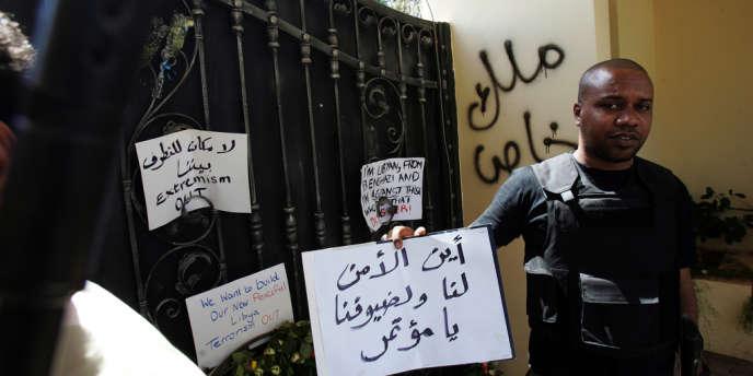 A l'entrée de l'ambassade américaine à Benghazi (Libye) mardi 18 septembre, des slogans contre le terrorisme.