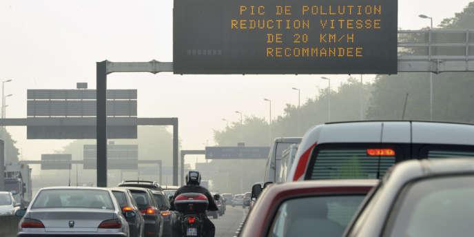 Le dispositif des zones d'actions prioritaires pour l'air (ZAPA), qui vise à réduire la circulation des véhicules polluants dans les villes, va être revu d'ici janvier.