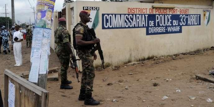 Sept personnes ont été tuées dans des attaques visant les forces de sécurité à Abidjan et à la frontière avec le Ghana.
