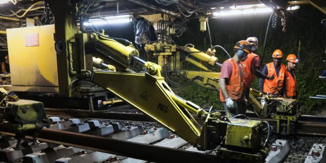 Des ouvriers sur un chantier de modernisation des voies ferrées du RER A, à Neuville-sur-Oise (Val-d'Oise), le 18 juillet 2012.