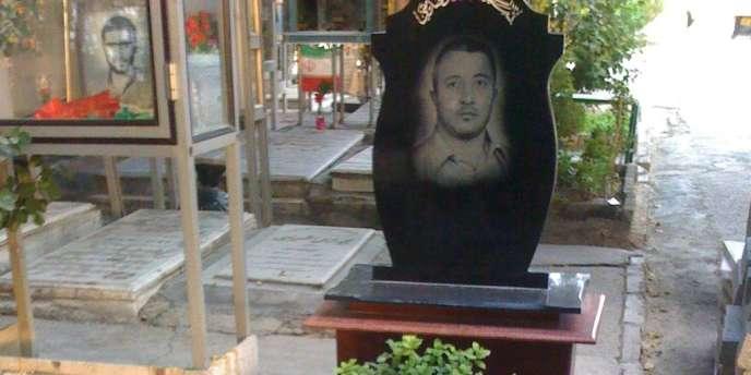Image diffusée sur le site iranien Vahid Online : dans le grand cimetière Beheshte Zahra, à Téhéran,  la tombe d'un gardien de la révolution, Moharram Tork,