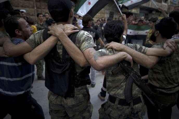 Des combattants de l'Armée syrienne de libération et des habitants dansent dans les rues d'un faubourg d'Alep, le 21 septembre.