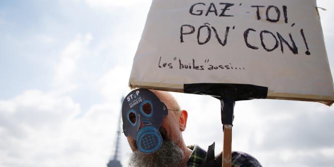 Lors de la manifestation parisienne contre les gaz de schiste, le 22 septembre.