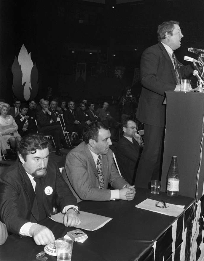 Jean-Marie Le Pen lors d'un discours le 18 janvier 1973 à Paris, en présence de François Brigneau et de Roger Holeindre, quelques mois après la fondation du parti, en septembre 1972.