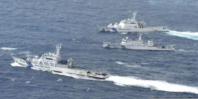 Un navires chinois de surveillance maritime encadré par deux bateaux des gardes-côtes japonais, le 24 septembre.