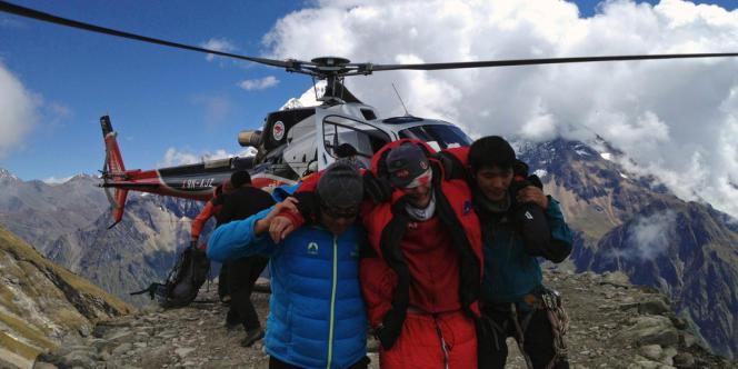 Des sauveteurs népalais aident un alpiniste étranger blessé lors d'une avalanche survenue sur le mont Manaslu, le 23 septembre.
