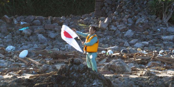 Un activiste japonais sur une des îles Senkaku, le 18 septembre, pour le contrôle desquelles s'opposent la Chine et le Japon.