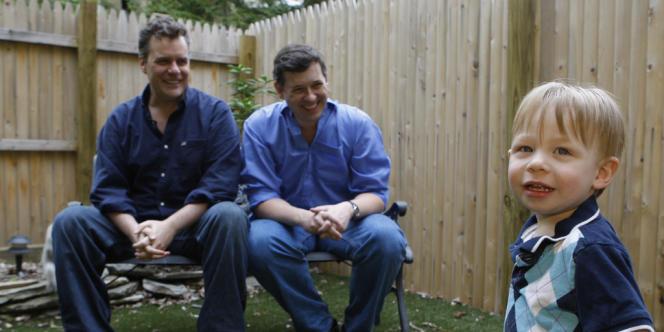 Un couple gay et leur fils conçu grâce à une mère porteuse, à New York en 2008.
