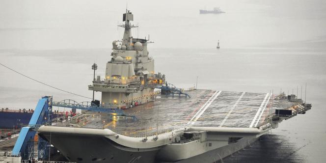 Le premier porte-avions chinois, le «Liaoning», dans le port de Dalian, le 22septembre2012.