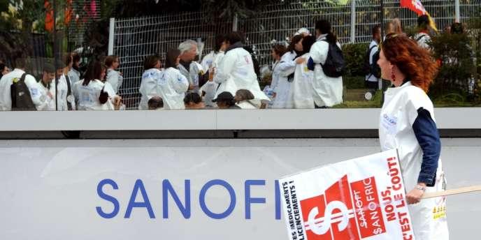 Des salariés de Sanofi manifestent, le 13 septembre 2012 à Toulouse, contre le projet de réorganisation de l'entreprise.