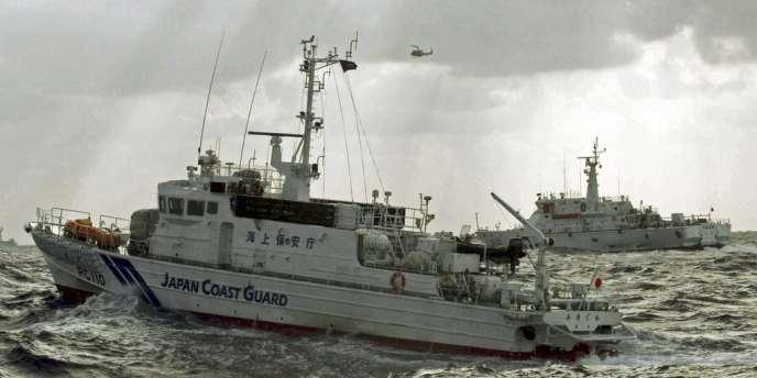 Un garde-côte japonais s'approche d'un navire taïwanais près des îles Senkaku (Diaoyu en chinois) le 25 septembre.