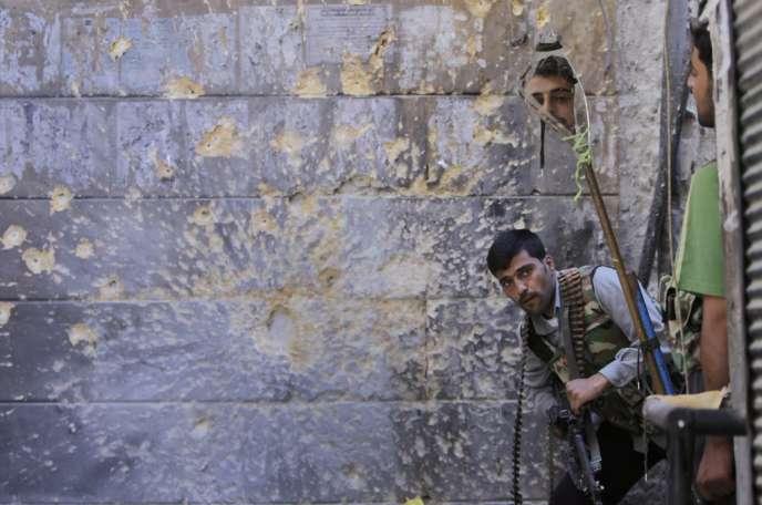 Des membres de l'Armée syrienne libre observent les troupes loyales à Bachar Al-Assad, le 24 septembre 2012, à Alep.