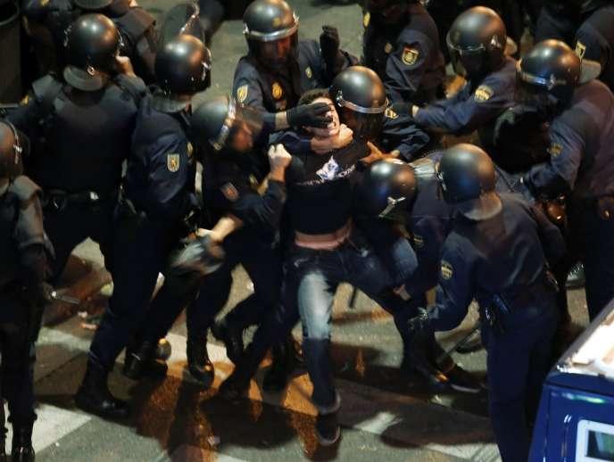 Un manifestant se débat pendant son interpellation, le 25 septembre 2012, à Madrid.