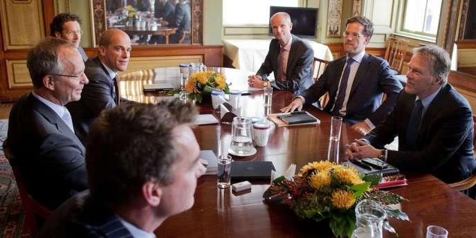 Le premier ministre libéral néerlandais Mark Rutte, à droite au centre, entouré des responsables politiques des autres partis du pays lors des premières négociations pour la formation d'une coalition, à la Haye, le 21 septembre.