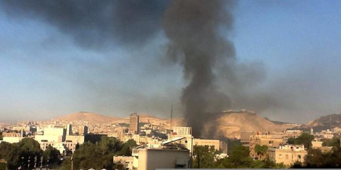 De la fumée s'élève du siège de l'état-major syrien où ont eu lieu des explosions à Damas, mercredi 26 septembre au matin.
