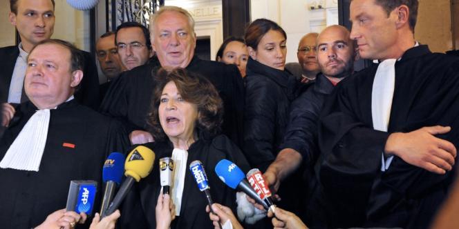 Corinne Lepage (au centre), l'une des avocates des parties civiles, après l'annonce de l'arrêt de la Cour de cassation, le 25 septembre.