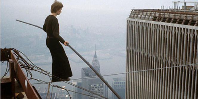 Le funambule Philippe Petit, lors de sa traversée des Twin Towers en 1974.