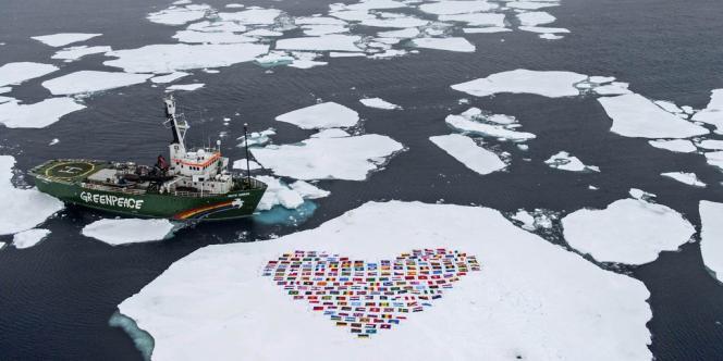 Greenpeace construit un cœur avec les 193 drapeaux des membres de l'ONU sur la banquise de l'Arctique, le 14 septembre 2012.