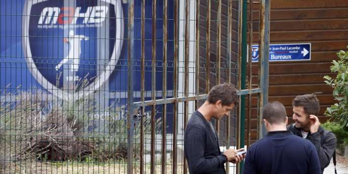 Des journalistes patientent à l'entrée du MAHB, le 26 septembre.