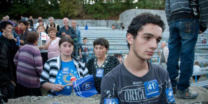 Des militants du Rêve géorgien attendent le discours de campagne du chef de l'opposition, Bidzina Ivanishvili, à Tbilissi, en septembre 2012.