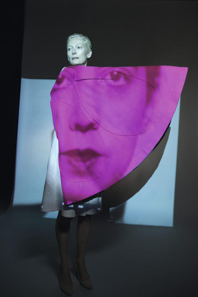 Jupe réversible d'Elsa Schiaparelli (1945-1955). Dans le film de Katerina Jebb  projeté pendant le défilé, le visage de ces femmes célèbres apparaît en surimpression sur le corps de Tilda Swinton, comme une étrange apparition.