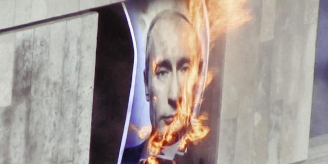 Lors de leur dernière action, diffusée pendant  les MTV Awards, le 6 septembre, les Pussy Riot  ont brûlé un portrait de Poutine.