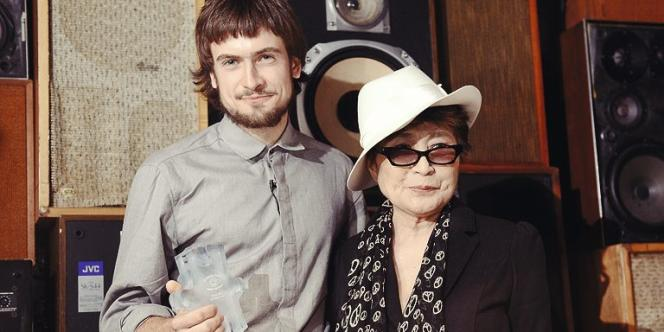 Piotr, ici avec Yoko Ono le 21 septembre, a pris en main la communication du groupe.