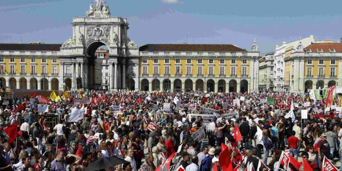 Samedi 29 septembre en fin d'après-midi, la place du Commerce à Lisbonne était noire de manifestants.