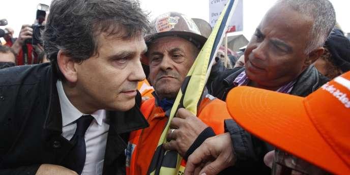 Le ministre du redressement productif, Arnaud Montebourg, avec les ouvriers d'ArcelorMittal, à Florange, jeudi 27 septembre.