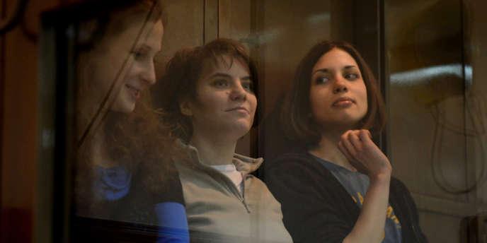 Les trois membres des Pussy Riot, à l'ouverture de leur procès en appel, lundi 1er octobre.