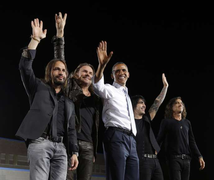Barack Obama avec le groupe de rock mexicain Maná, lors d'un meeting à Las Vegas, le 30 septembre 2012.