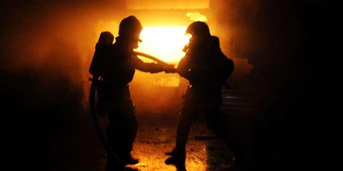 L'incendie qui s'est déclaré dans la nuit dans un bâtiment du fabriquant de tôle fine en inox Aperam, contrôlé par la famille Mittal, à Gueugnon (Saône-et-Loire), a été éteint lundi 24 décembre.