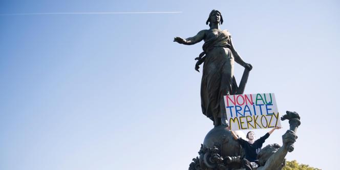 Lors de la manifestation contre les mesures d'austérité et le traité budgétaire européen, dimanche 30 septembre.