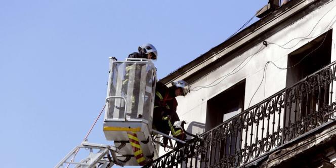 Des pompiers interviennent sur l'immeuble du 39 rue Gabriel-Péri à Saint-Denis, ravagé par un incendie qui a causé la mort de trois personnes le 9 septembre 2012.