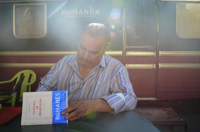 Alexandre Romanès devant sa caravane, son dernier livre