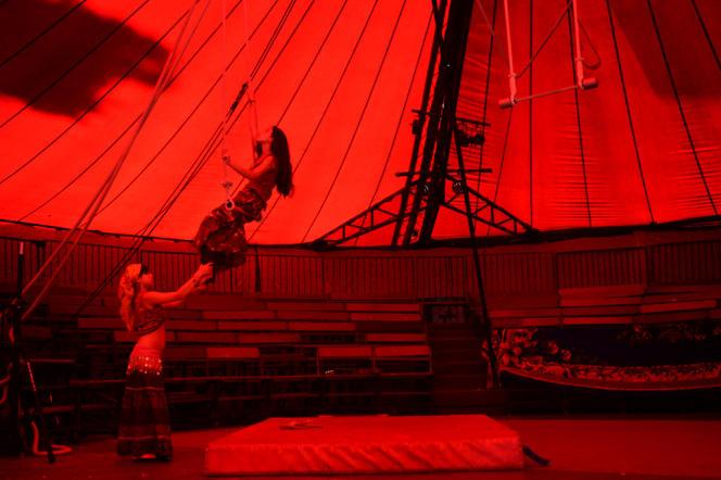 Sous le chapiteau du cirque Romanès, Rose et son amie s'entraînent au trapèze, en septembre 2012.