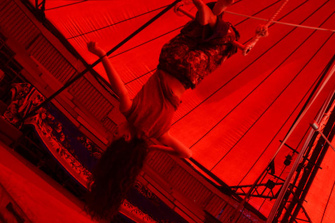 Sous le chapiteau du cirque Romanès.
