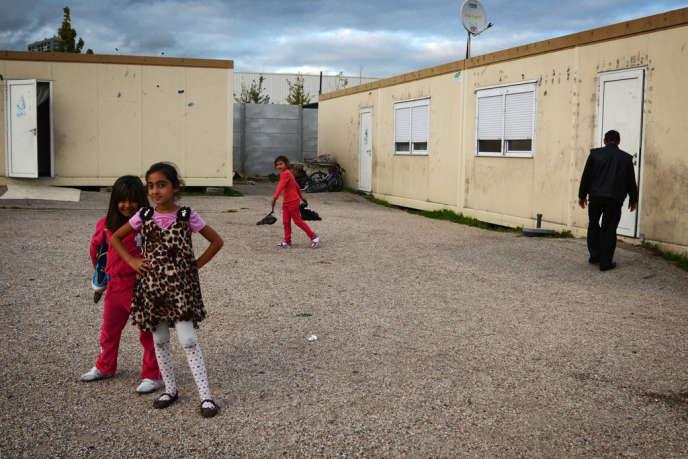 Dans le village d'insertion de Roms, rue Saint-Denis à Aubervilliers.