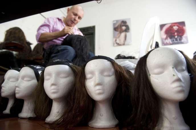Le choix d'une perruque pour masquer la perte des cheveux liée aux traitements doit pouvoir se faire dans les meilleures conditions.