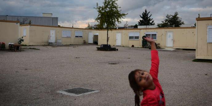 Au village d'insertion de Roms à Aubervilliers.