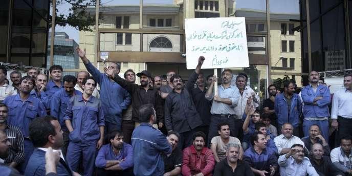 Des travailleurs iraniens manifestent devant le ministère de l'industrie à Téhéran, le 14 août.