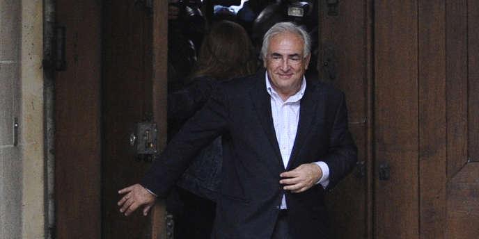 Dominique Strauss-Kahn arrive à son domicile de la place des Vosges, à Paris, le 2 octobre.