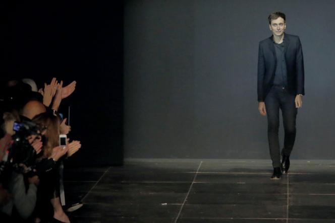 Le créateur Hedi Slimane après la présentation de la collection Saint-Laurent.