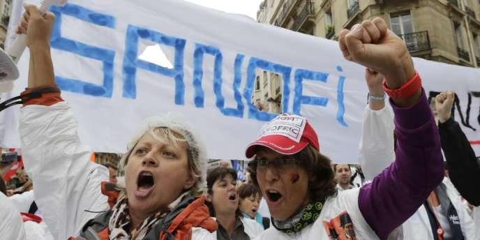 Manifestation parisienne des salariés de Sanofi, mercredi 3 octobre 2013, contre les suppressions d'emplois.