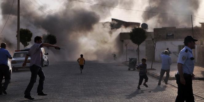 Sur le lieu de l'explosion dans le village turc d'Akçakale, visé par un tir d'obus syrien, le 3 octobre.