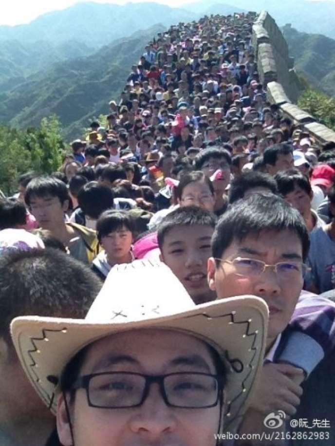 Les Nations unies ont émis l'hypothèse médiane d'une population mondiale qui passerait à 11 milliards d'habitants en 2100, encadrée d'une hypothèse basse (6,5 milliards) et d'une hypothèse haute de 18 milliards (foule sur la Grande Muraille de Chine en 2012).
