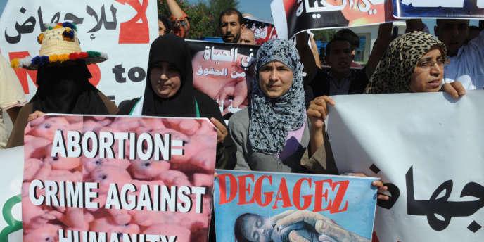 Des manifestants marocains contre l'avortement protestent le 4 octobre au port de Smir au Maroc où un navire de l'ONG Women on Waves tente d'accoster afin de sensibiliser les femmes à l'IVG.