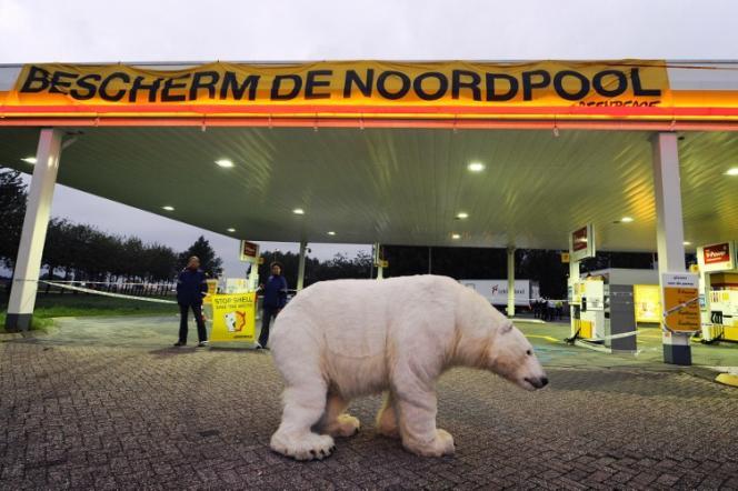 Action de Greenpeace contre les forages en Arctique dans une station essence Shell aux Pays-Bas, le 14 septembre.