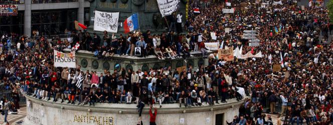 Des centaines de milliers de manifestants défilent sur la place de la Bastille pour le traditionnel défilé le 1er mai 2002 à Paris regroupant les syndicats et de nombreuses organisations politiques appelant à voter contre Jean-Marie Le Pen au second tour des élections présidentielles du 5 mai prochain.  AFP PHOTO ERIC FEFERBERG